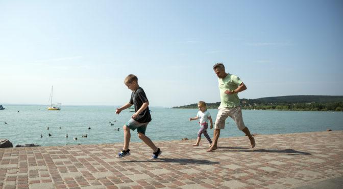 Harsányi Levente hintóval vitte kislányát a Balatonhoz